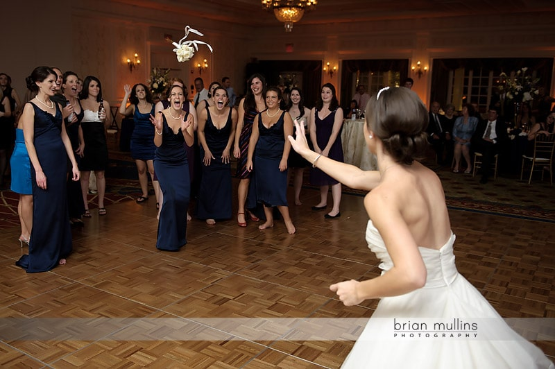 funnyn wedding bouquet toss